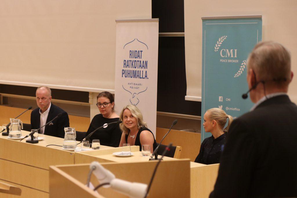Panelistit vasemmalta oikealle: Ilkka Halava, Riikka Marjamäki, Raija Hämäläinen ja Eleonoora Hintsa. Arto Nyberg kuvassa oikealla.