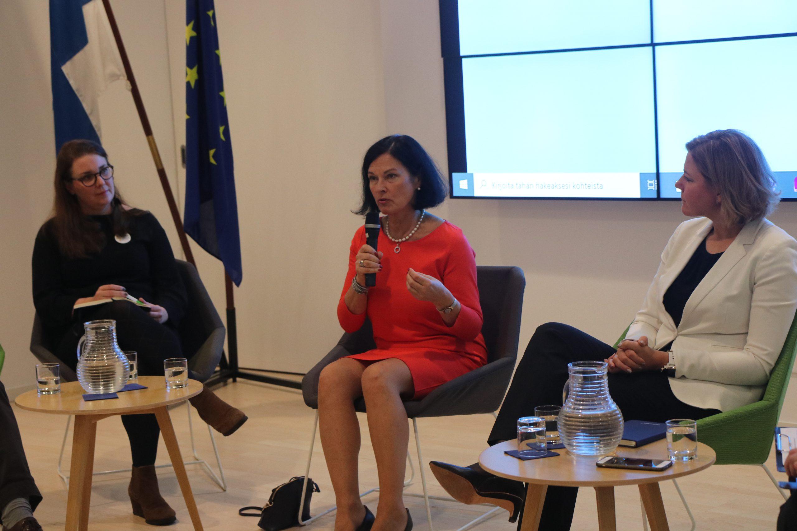 Opetushallituksen opetusneuvos Kristina Kaihari (keskellä) Ahtisaari-päivien paneelikeskustelussa.