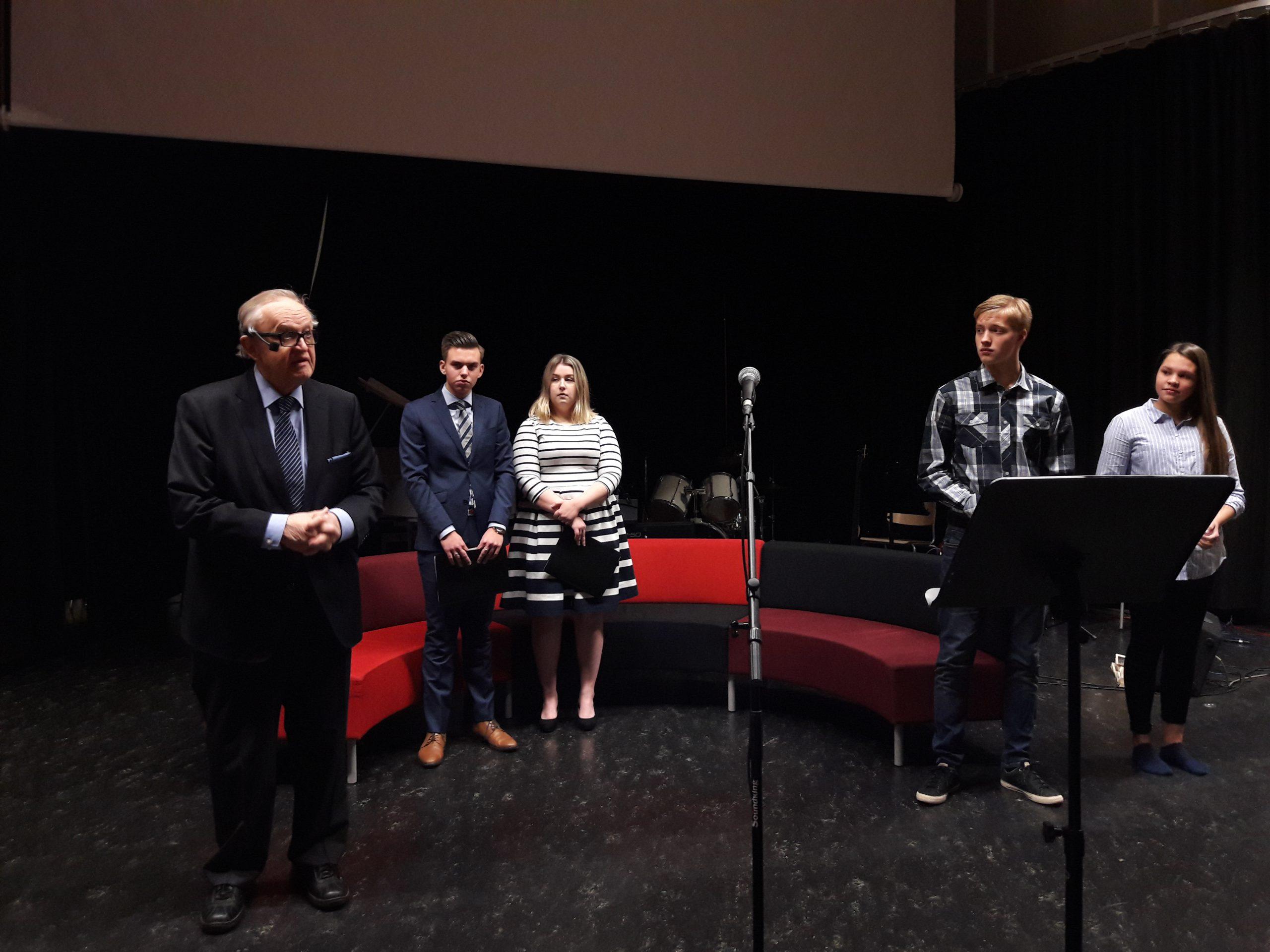 """""""Harvoin on tuntunut niin hyvältä kuin tänään, kun katsoin teidän valmistelemaa ohjelmaa"""", Ahtisaari sanoi Variskan koulun oppilaille."""