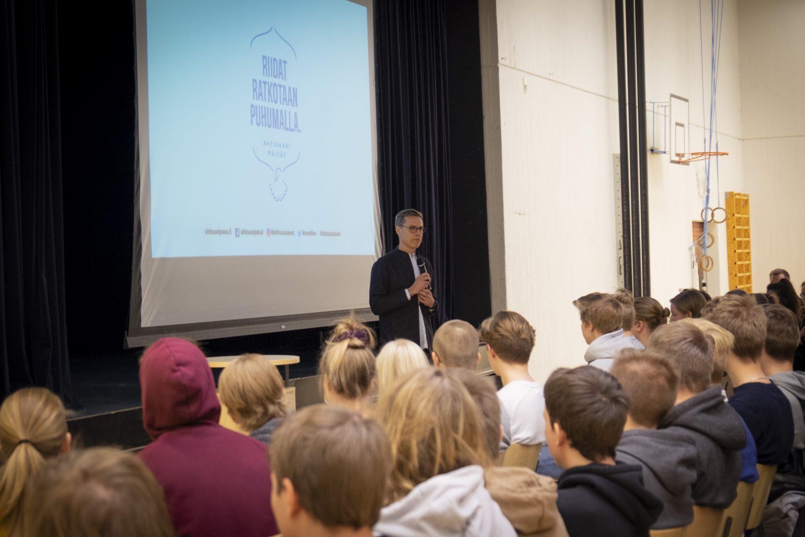 CMI:n hallituksen puheenjohtaja Alexander Stubb Espoon yhteislyseon lukiossa.