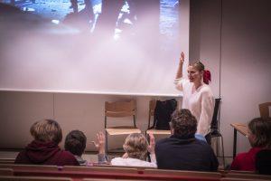 CMI:n asiantuntija Suvi Tuuli kertomassa espoolaisille yläkoululaisille CMI:n työstä.