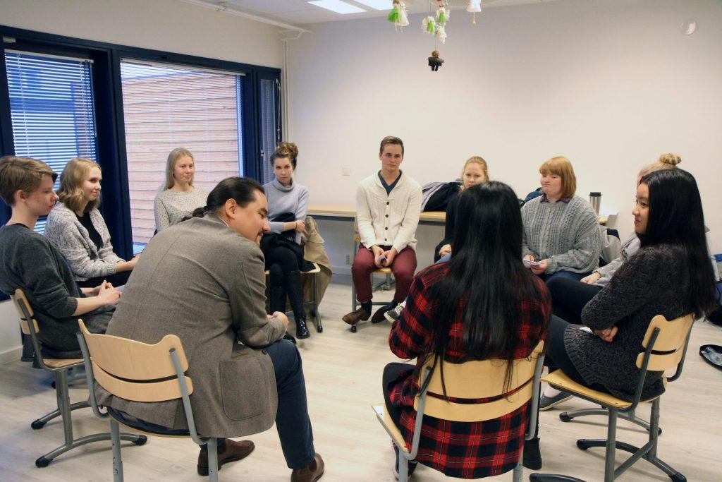 Helsingin Suomalaisen Yhteiskoulun lukion kolmasluokkalaiset pääsivät ratkomaan riitaa CMI:n asiantuntijan Denis Matveevin opastuksella.