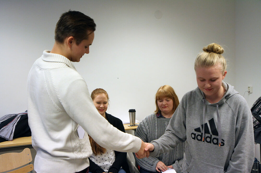CMI:n roolipelissä äärioikeistolaista aktivistia esittänyt Patrick Haponen ja kiihkouskovaista muslimia näytellyt Ada Segerstam paiskasivat kättä riidan ratkettua.
