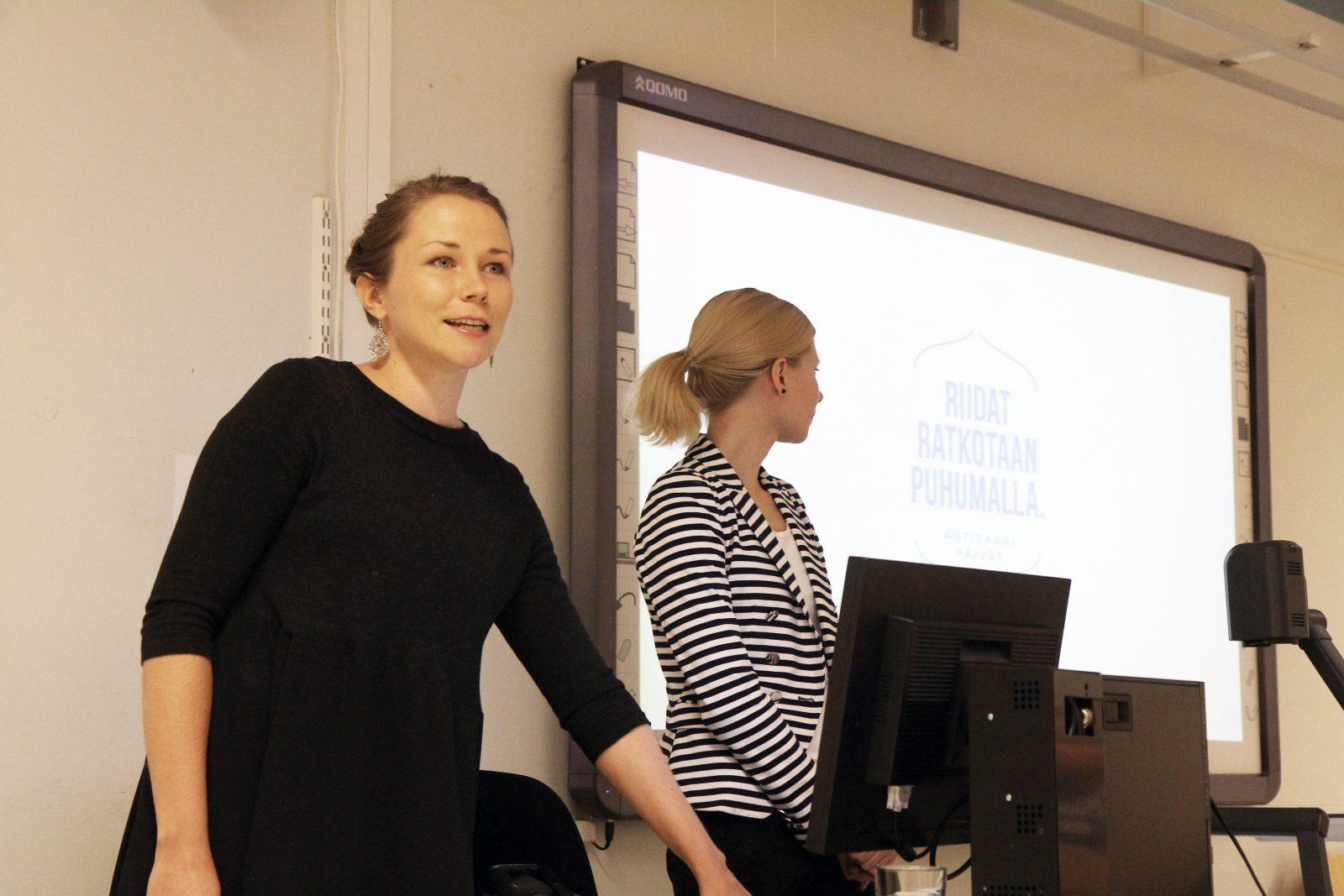 CMI:n Emmi Hänninen ja Jaana Salminen kertoivat konfliktinratkaisusta Pohjois-Hervannan koulussa.