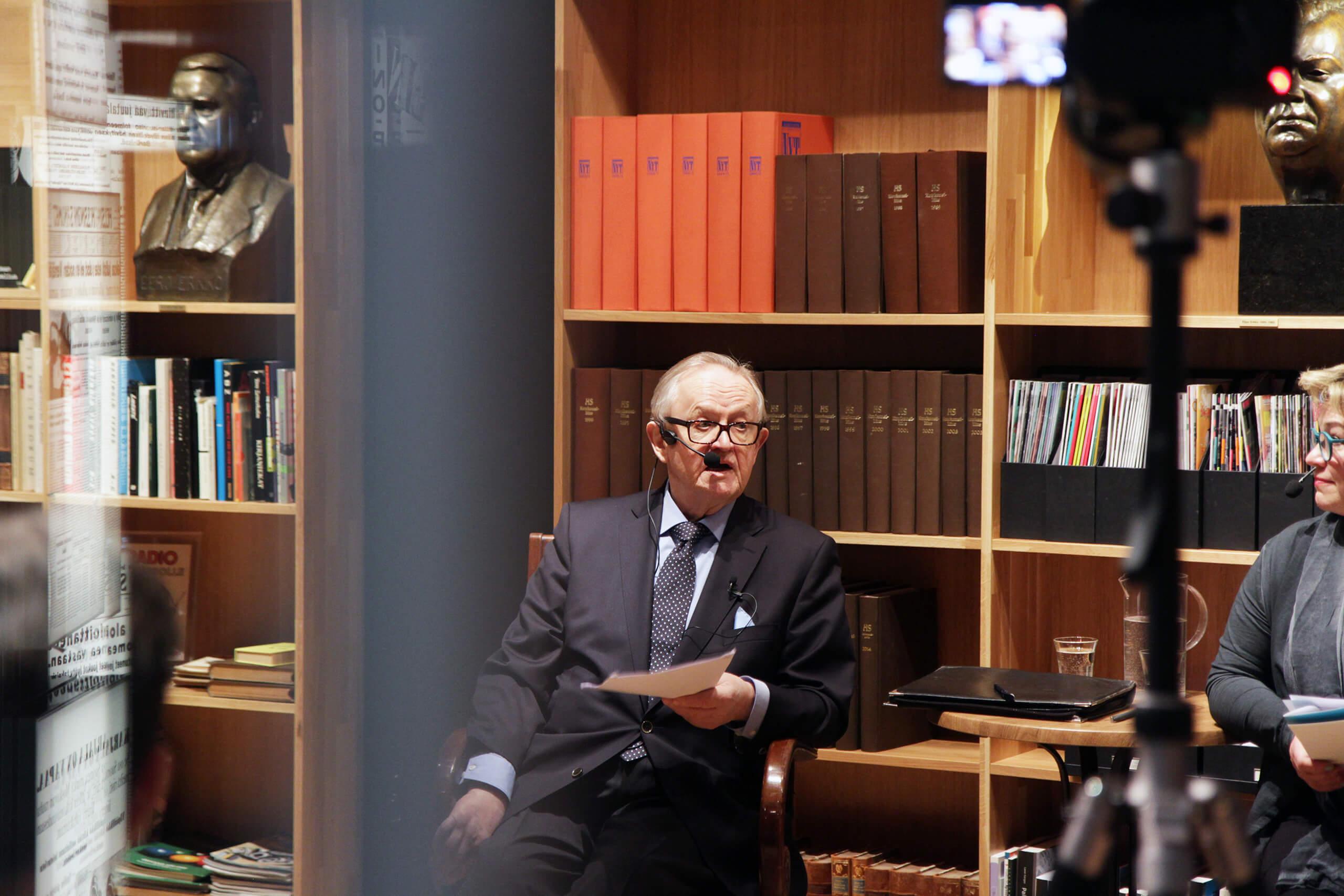 Martti Ahtisaari jakoi rauhanvälitysoppejaan helsinkiläislukiolaisille Päivälehden museossa.