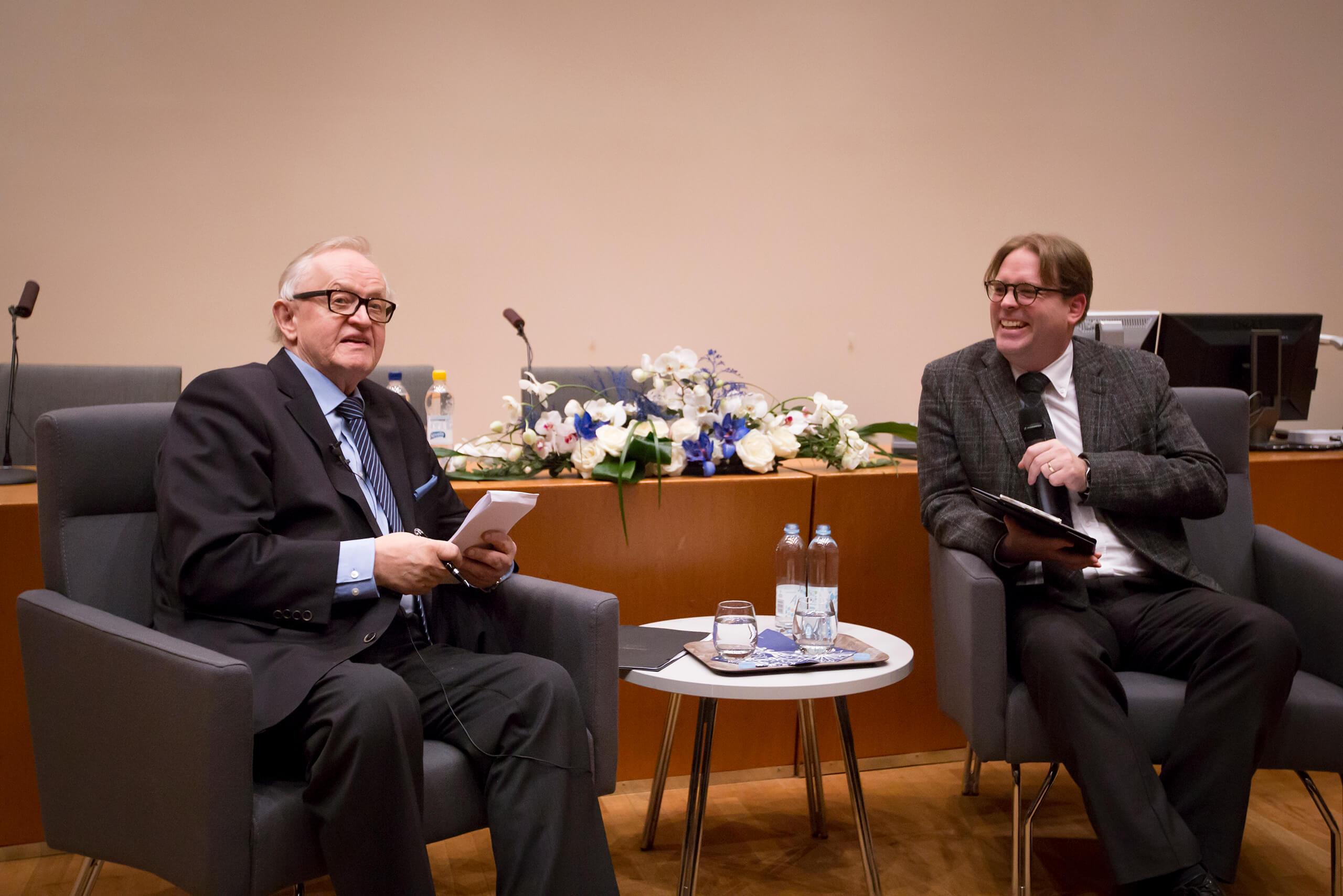 Pohjalaisen päätoimittaja Toni Viljanmaa haastatteli Ahtisaarta Vaasan yliopiston tilaisuudessa. Kuva: Satu Aaltonen