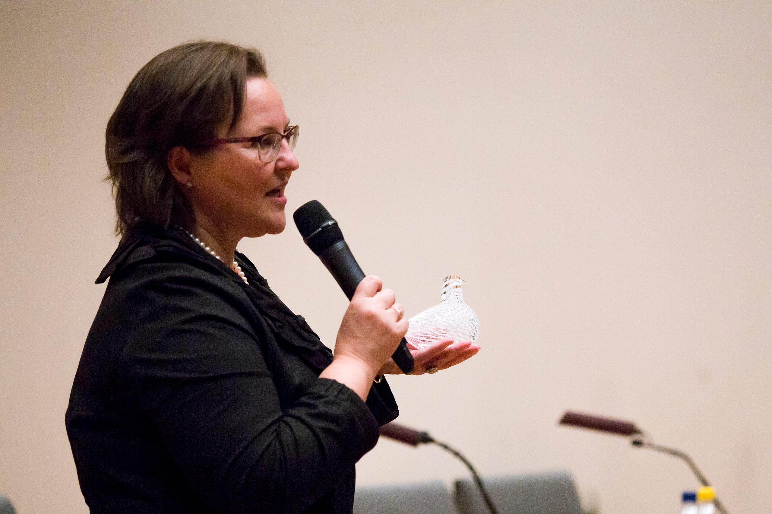 Vaasan kaupungin sivistystoimen toimialajohtaja Christina Knookala kiitti päivästä ja luovutti rauhankyyhkyn ensi vuoden emäntäkaupungille Espoolle. Kuva: Satu Aaltonen