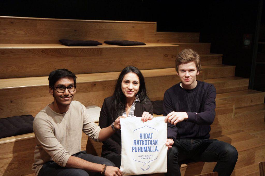 Helsingin Suomalaisen Yhteiskoulun oppilaiden Wahid Rezan, Barsha Bandarin ja Nikolas Drosdekin mielestä riidat ratkotaan puhumalla, aivan kuten presidentti Ahtisaari opastaa.