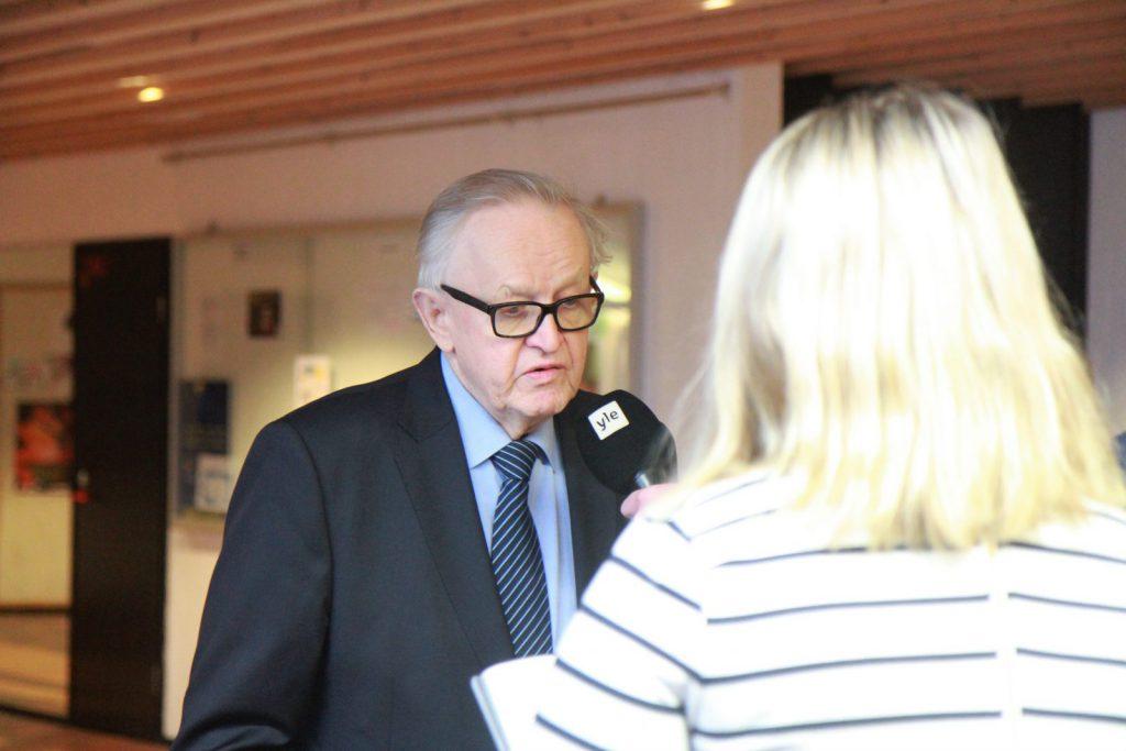 Variskan koulun oppilaat kysyivät Ahtisaarelta neuvoja riitojen sovitteluun.