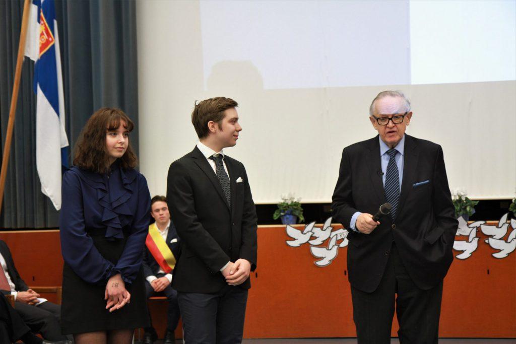 Presidentti palkitsi Vasa Övningskolas Gymnasiumin oppilaat Ida Österholmin ja Mikael Morneyn sovinnonkyyhkyillä.