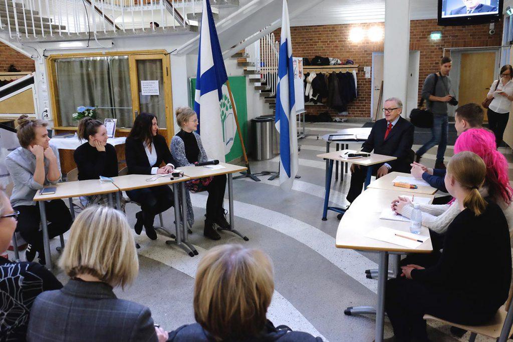 Rovaniemen Lyseonpuiston lukion oppilaat esittelivät presidentti Ahtisaarelle väittelytaitojaan vuoden 2015 Ahtisaari-päivillä.