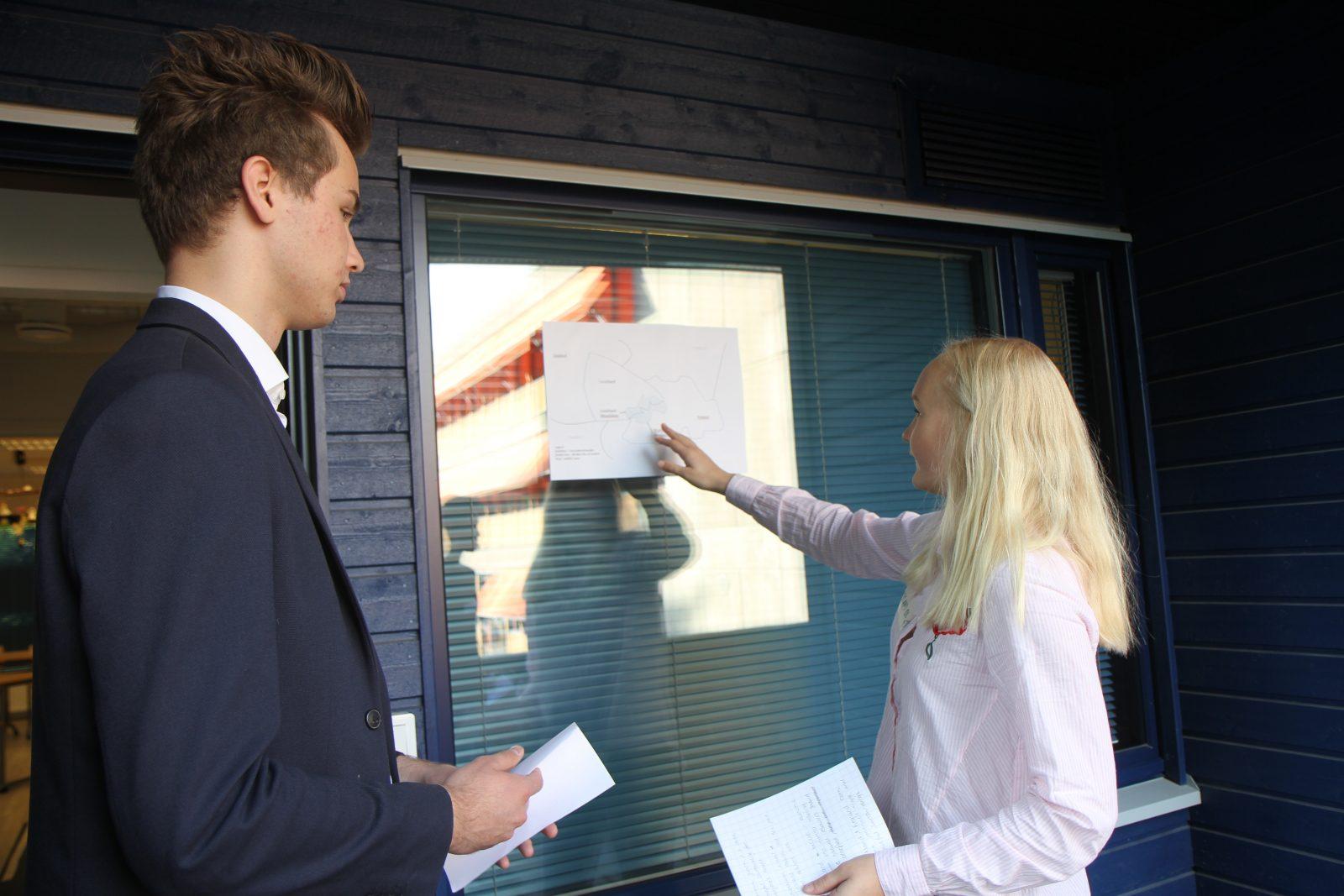 Naapurivaltojen diplomaatteja esittävät SYKin oppilaat Aku Raussi ja Janina Adolfsson tarkastelevat konfliktialueen karttaa ja pohtivat neuvottelutaktiikkaansa.