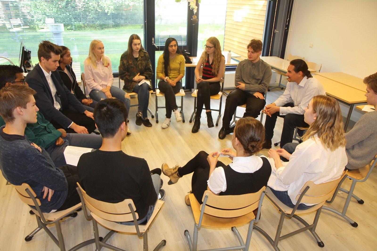 Roolipelin jälkeen oppilaat purkavat kokemusta CMI:n asiantuntijan Denis Matveevin johdolla.