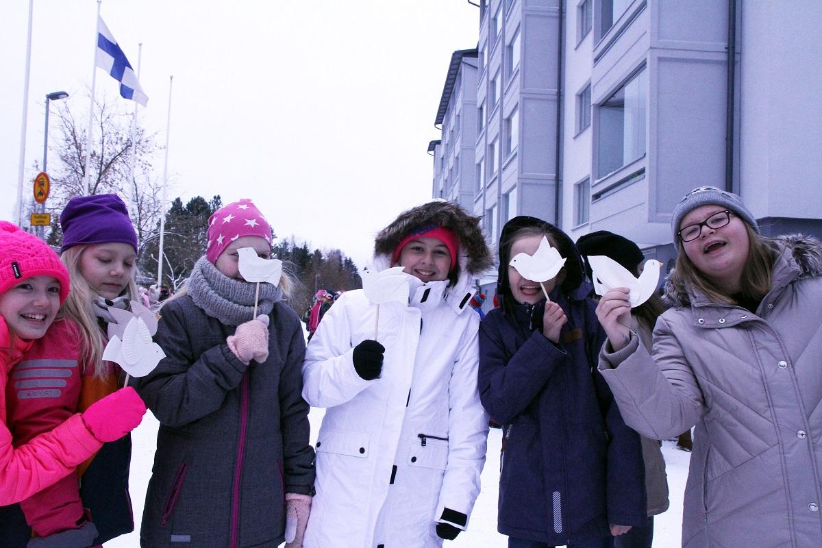 Etelä-Hervannan koulun oppilaat toivottivat Martti Ahtisaaren tervetulleeksi itse askartelemillaan rauhankyyhkyillä.